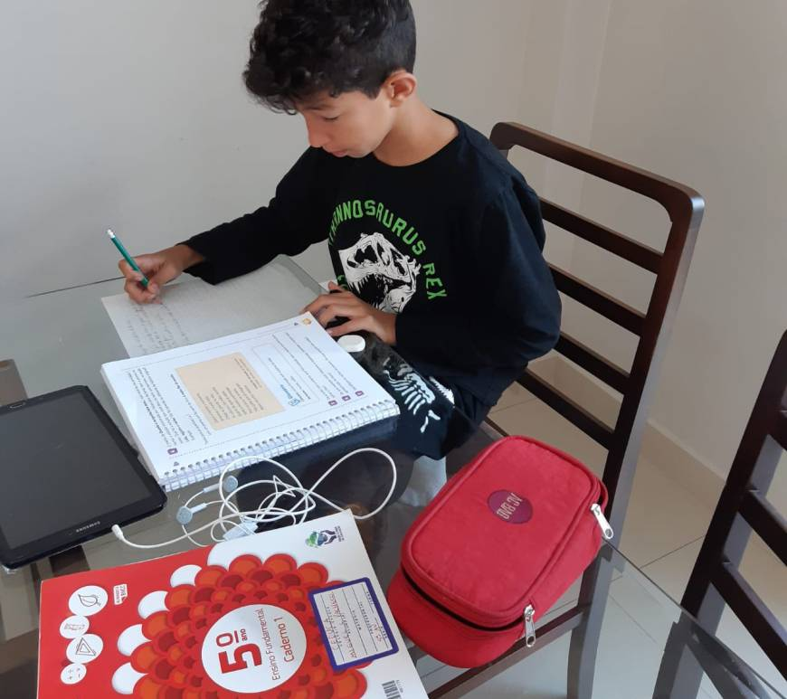 Crianças estudam em casa na quarentena.